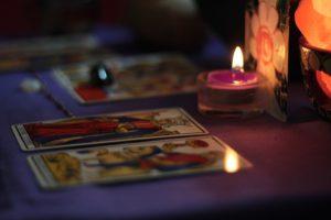 קריה בקלפים - גר יוצר מעגל של אור